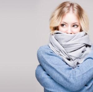 femme avec une grande écharpe ayant froid