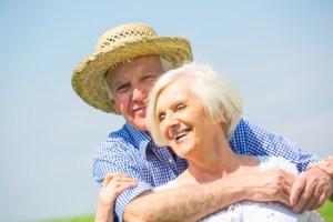 couple de seniors profitant du soleil