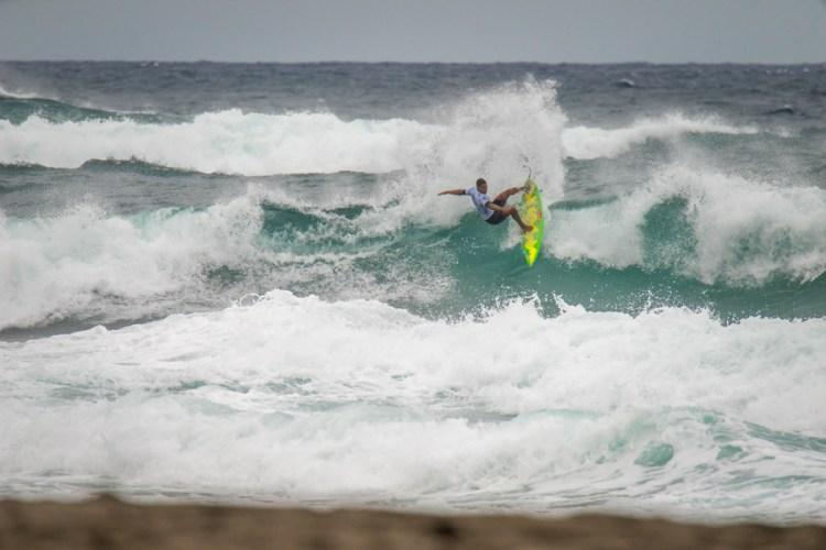 Weslley Dantas de Brasil muestra su surfing de poder durante su primera serie en la competencia. Foto: ISA / Sean Evans