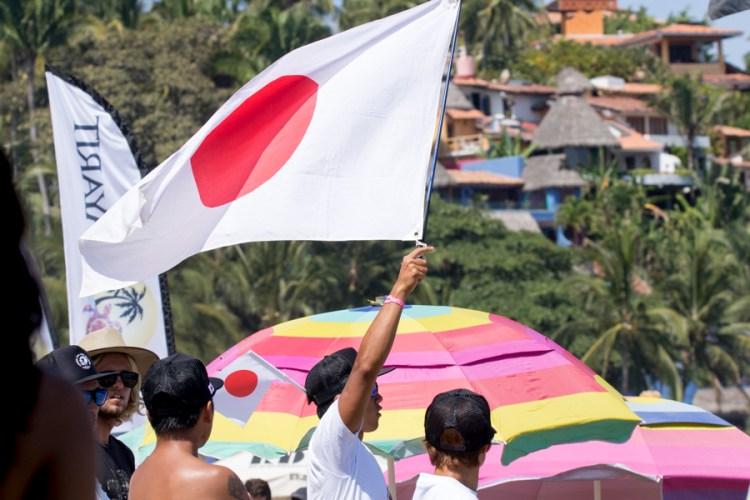 El equipo de Japón mostró todo su apoyo, ondeando banderas y gritando para los atletas de su equipo en las Rondas de Repechaje. Foto: ISA/Brian Bielmann