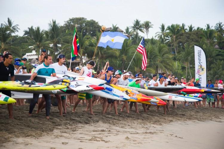Los competidores de Paddleboard se preparan, esperando empezar la carrera de 20 kilómetros. Foto: ISA/Bielmann