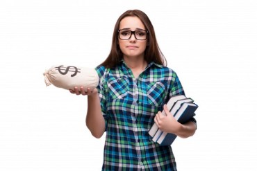 A girl holding books confused about how to apply for student loan