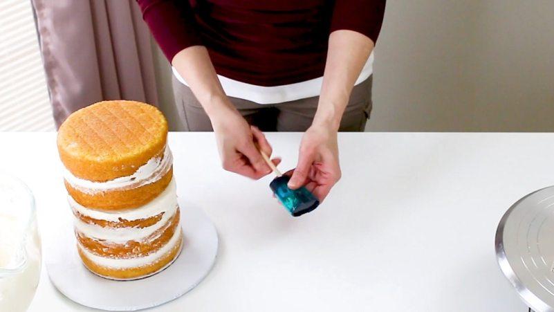 Sharpening center dowel for cake