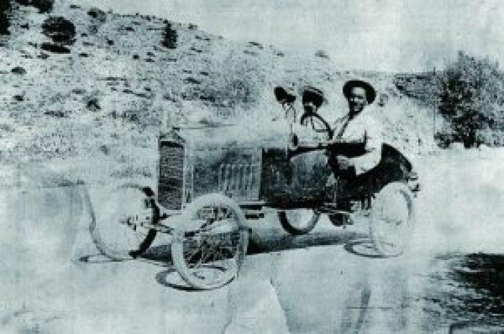 Η κατασκευή ενός μικρού αυτοκινήτου για προσωπική χρήση από το Νίκο Θεολόγου, μηχανικό με θητεία στις Η.Π.Α. και (αργότερα) γνωστό αμαξοποιό, «ανακαλύφθηκε» σχεδόν τυχαία, και αυτό χάρη στις πολλές φωτογραφίες που είχαν μείνει σχετικά τις δραστηριότητές του–αποτέλεσμα του πάθους του Θεολόγου για αυτοπροβολή.