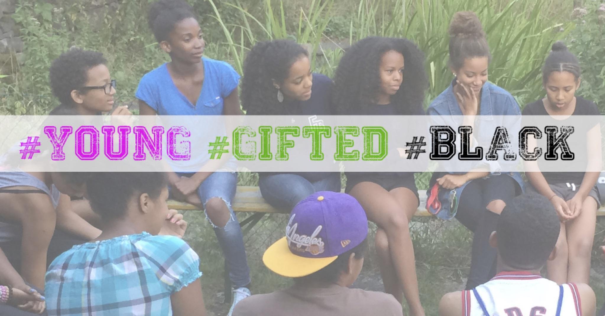 Junge Schwarze Menschen sitzen zusammen und unterhalten sich. Darüber steht #Young #Gifted #Black