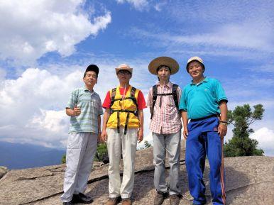 天狗倉山上にある大岩で。 なぜこんな大きな岩が山上にあるのか不思議です
