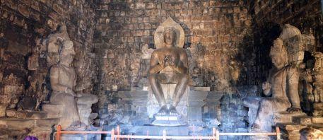 ムンドゥッ寺院 Candi Mendut ボロブドゥールの世界遺産