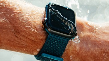 Graban a cámara lenta cómo expulsa el agua el Apple Watch
