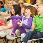 En gruppe børn griner sammen