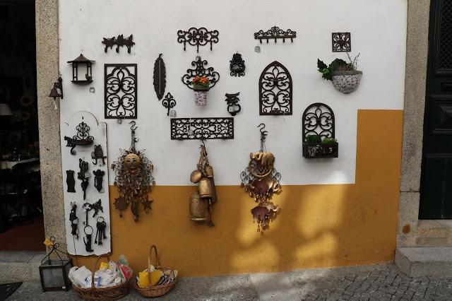 Metal_wall_hangings_souvenir_Evora