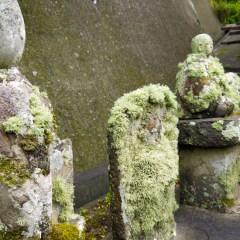 石部集落 苔むしる石像