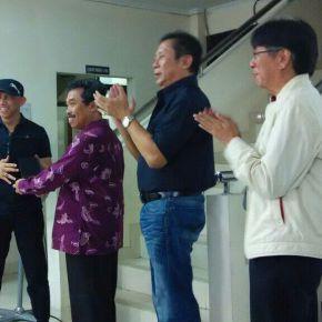 Roy Genggam (bertopi) memberikan cinderamata kepada Rektor ISI Yogyakarta, didampingi Johnny Hendarta dan Agus Leonardus