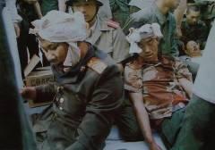 tiananmen_1989_24_Soldati feriti dai %22pacifici%22 dimostranti.jpg