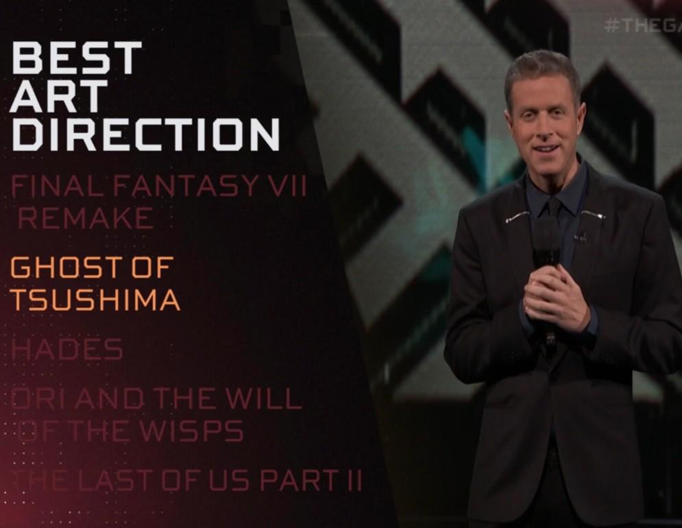 Geoff Knigthley dando los premios a mejor dirección artística en los Game Awards