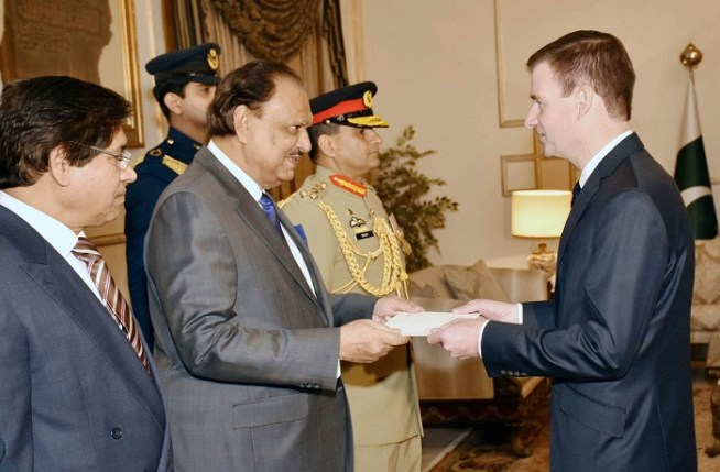 US Ambassador, David M. Hale, presenting his credentials to President Mamnoon Hussain at the Aiwan-e-Sadr, Islamabad on December 03, 2015.
