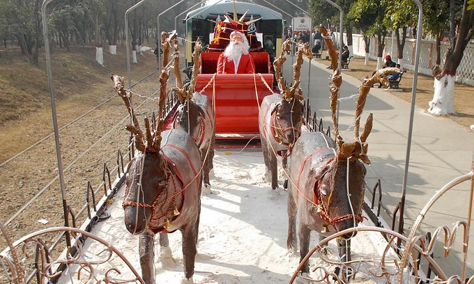 A view of model of reindeer chariot with Santa Claus displayed on Christmas train which was inaugurated at Islamabad Railway Station ahead of Xmas. Photo: ONLINE/Waseem Khan