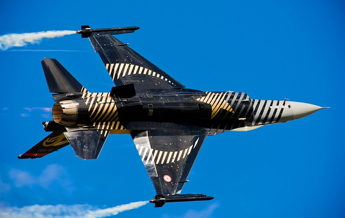 "Renowned Turkish aerobatic ""Solo Turk"" flies F-16 aircraft participated in air show on Independence Day"