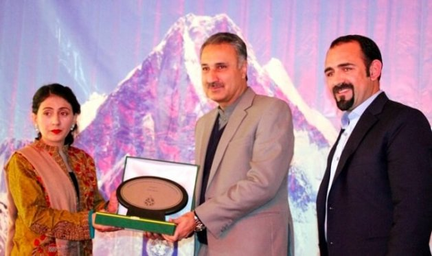 Samina Baig presenting shield to Chief Guest Dr.Kazim Niaz, Chief secretary Gilgit Baltistan. Photo by: Sohail Ahmed Baig