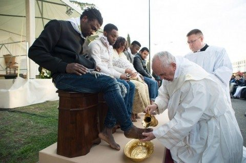 Pope Francis washes the feet of Muslim migrants.