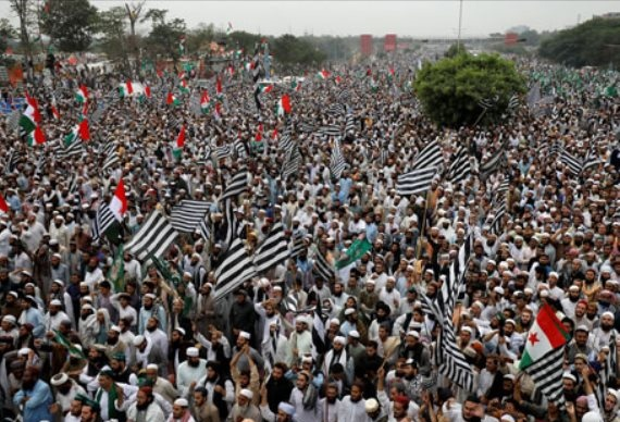 Tens of thousands rally against Pakistani government