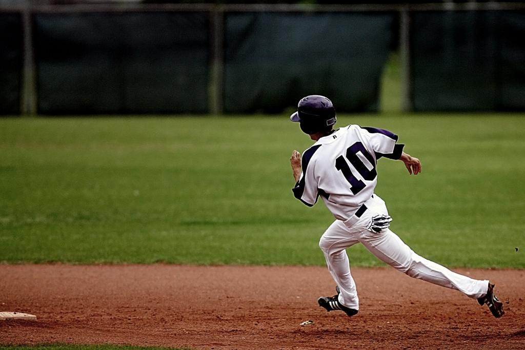 Photo: Baseball baserunner