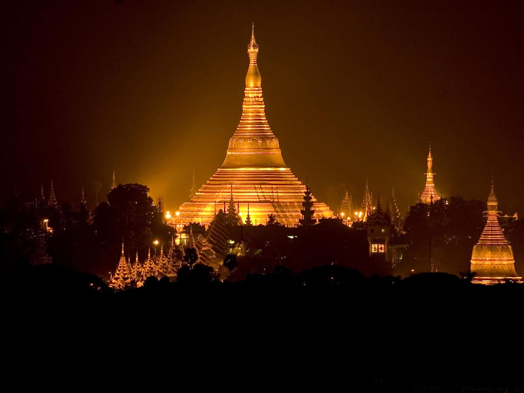 Shwedagon Pagoda at night (Image from http://islandsafarimergui.com )