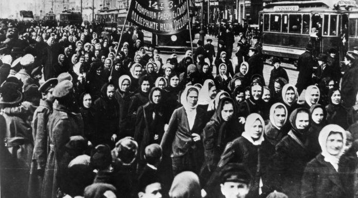 Emakumeen Nazioarteko Egunaren aldarria Petrogradon, 1917an Theklan / CC-BY-SA-3.0