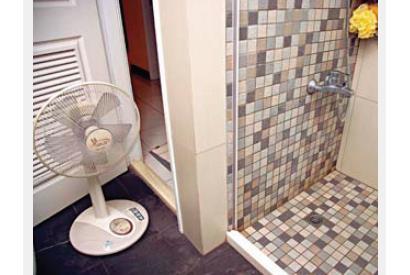 ▲若浴室沒有對外窗也沒有排風機,可用耗電功率較低的電風扇吹乾水分。