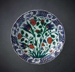 Dish Iznik, Turkey, ca. 1570–80 Fritware, underglaze-‐painted Diameter 34.3 cm, height 7.4 cm AKM687