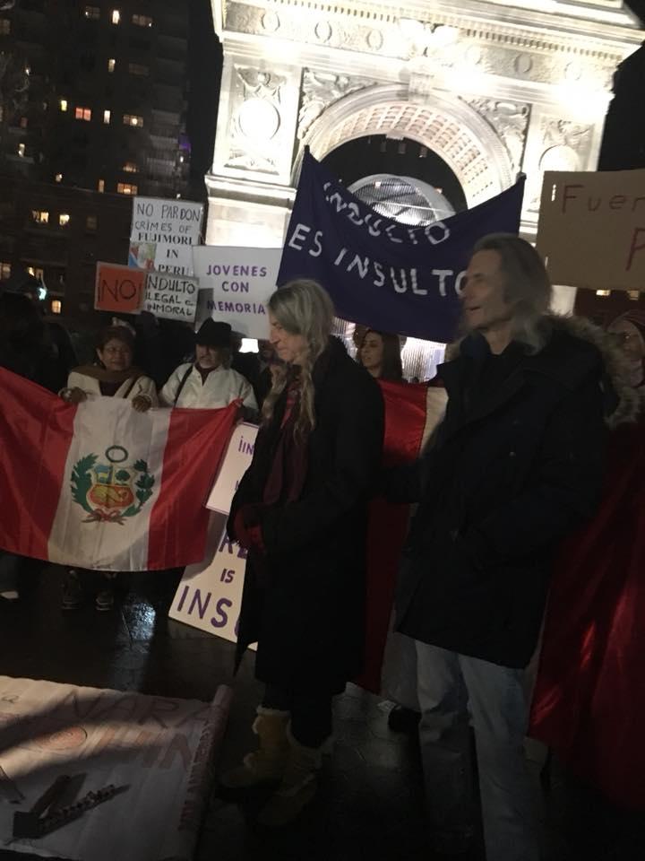 Patti Smith se une a una protesta contra el ex presidente peruano Alberto Fujimori