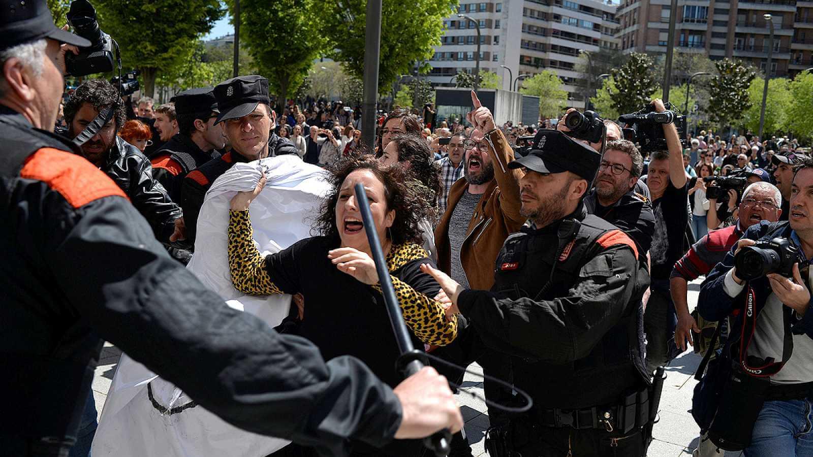 """""""La Manada"""" y la justicia patriarcal: Cuando el sistema judicial español es tan misógino como el criminal"""
