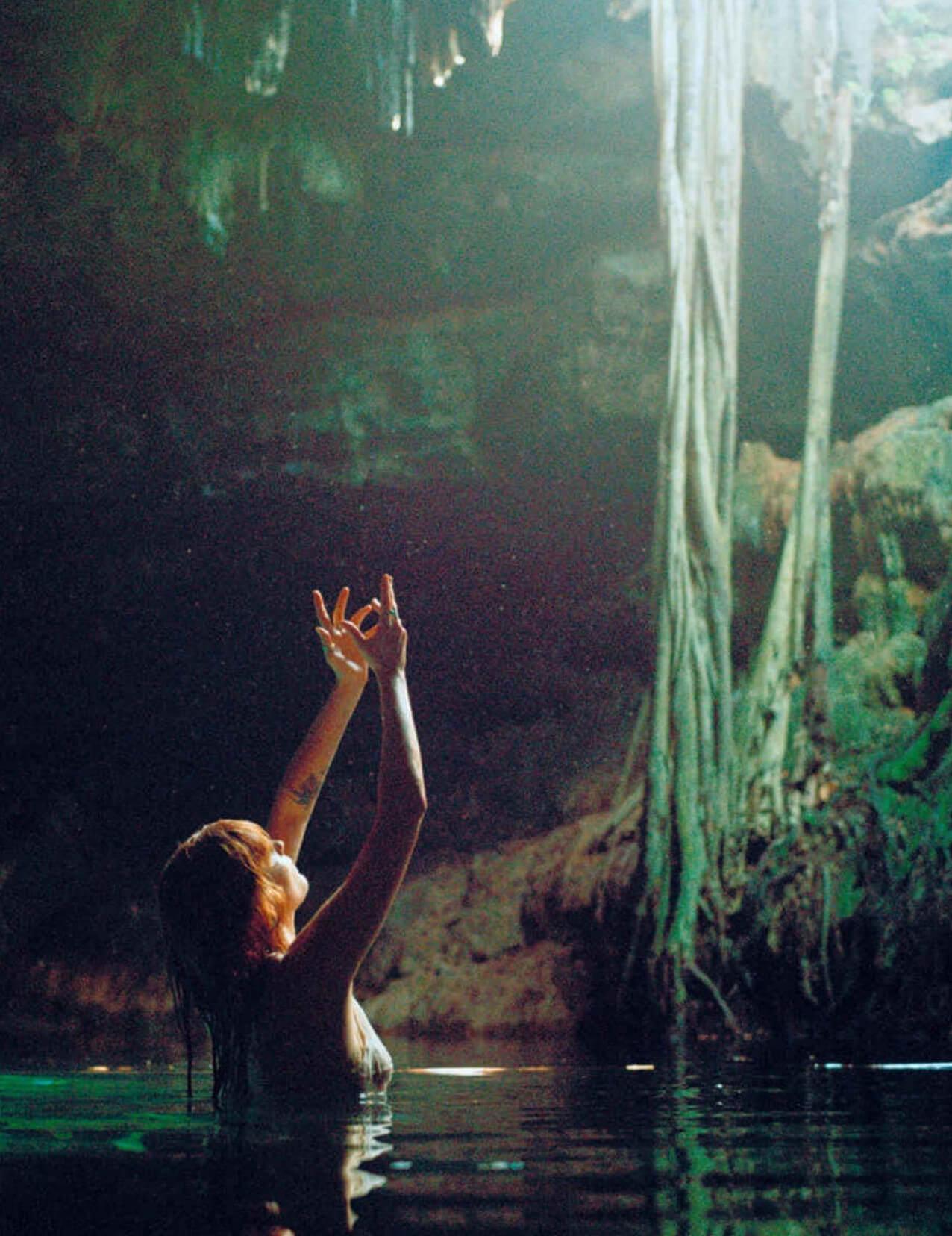 """Nuestros 5 poemas favoritos de """"Useless Magic"""", el nuevo libro de Florence Welch"""