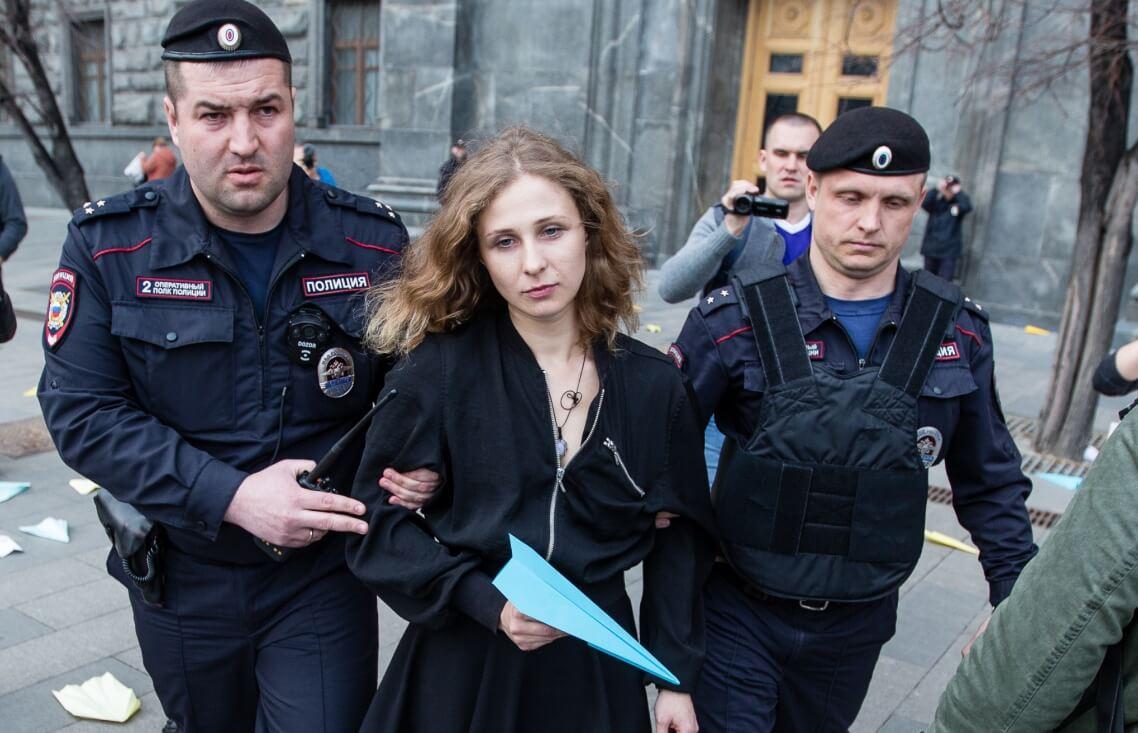 Activista de Pussy Riot desafía prohibición de salida de Rusia y se escapa para actuar en Escocia