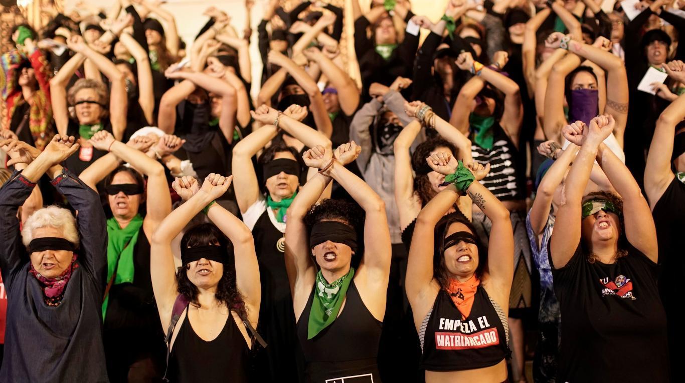 """Chile: Las Tesis inspiran a cientos de víctimas y se disparan las """"funas"""" en redes sociales por abuso sexual"""