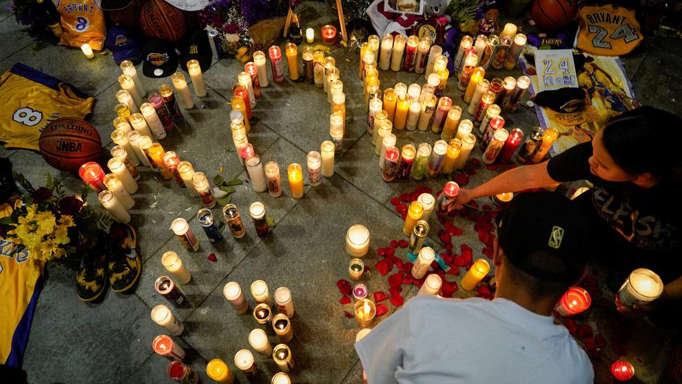 Fanáticos rindiendo homenaje a Kobe Bryant a las afueras del Staple Center. Fotografía: REUTERS/Kyle Grillot