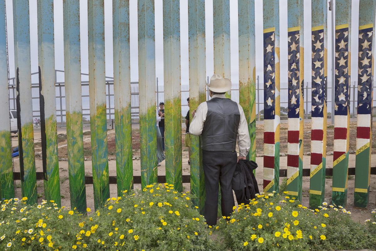 José Márquez se reúne con su hija Susana y su nieto Johnny, de 14 años, que se encuentran en el lado estadounidense del muro. José y su hija llevan separados casi 15 años desde que éste fue deportado de Estados Unidos, después de haber vivido y trabajado en el país por dos décadas. Una vez al més se ven a través del muro en el Parque de la Amistad. Fotografía: Griselda San Martín