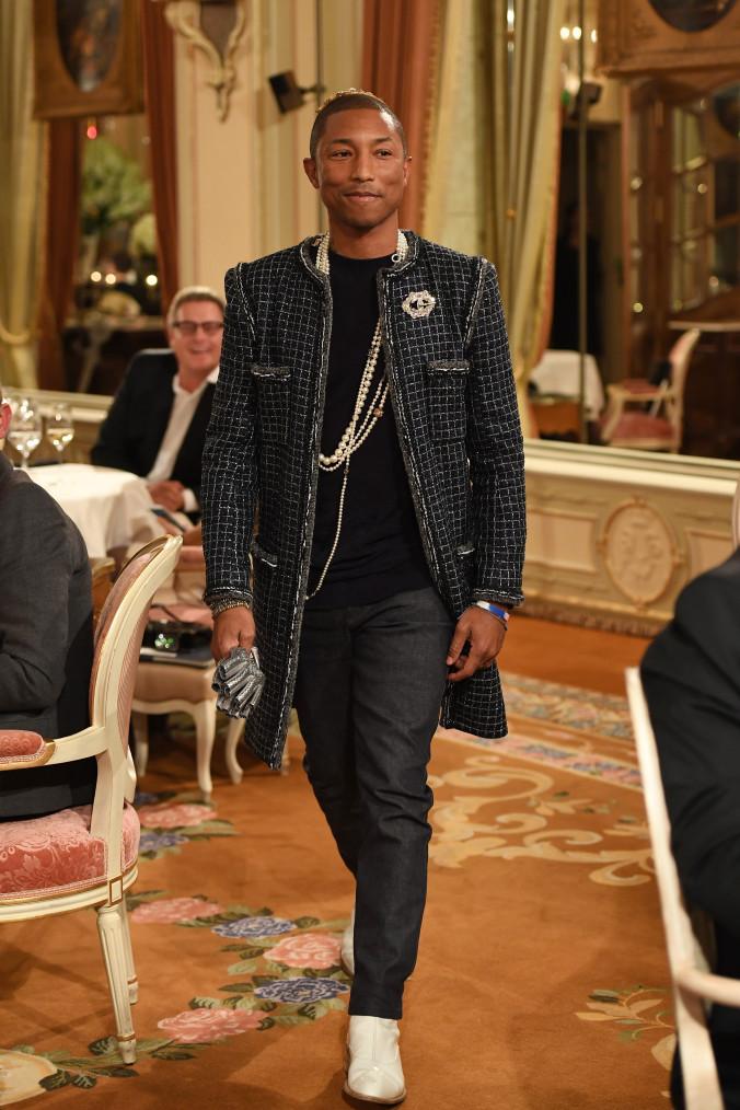 "Pharrell Williams en el ""Chanel Collection des Metiers d'Art 2016/17"". Fotografía:  Pascal Le Segretain/Getty Images"