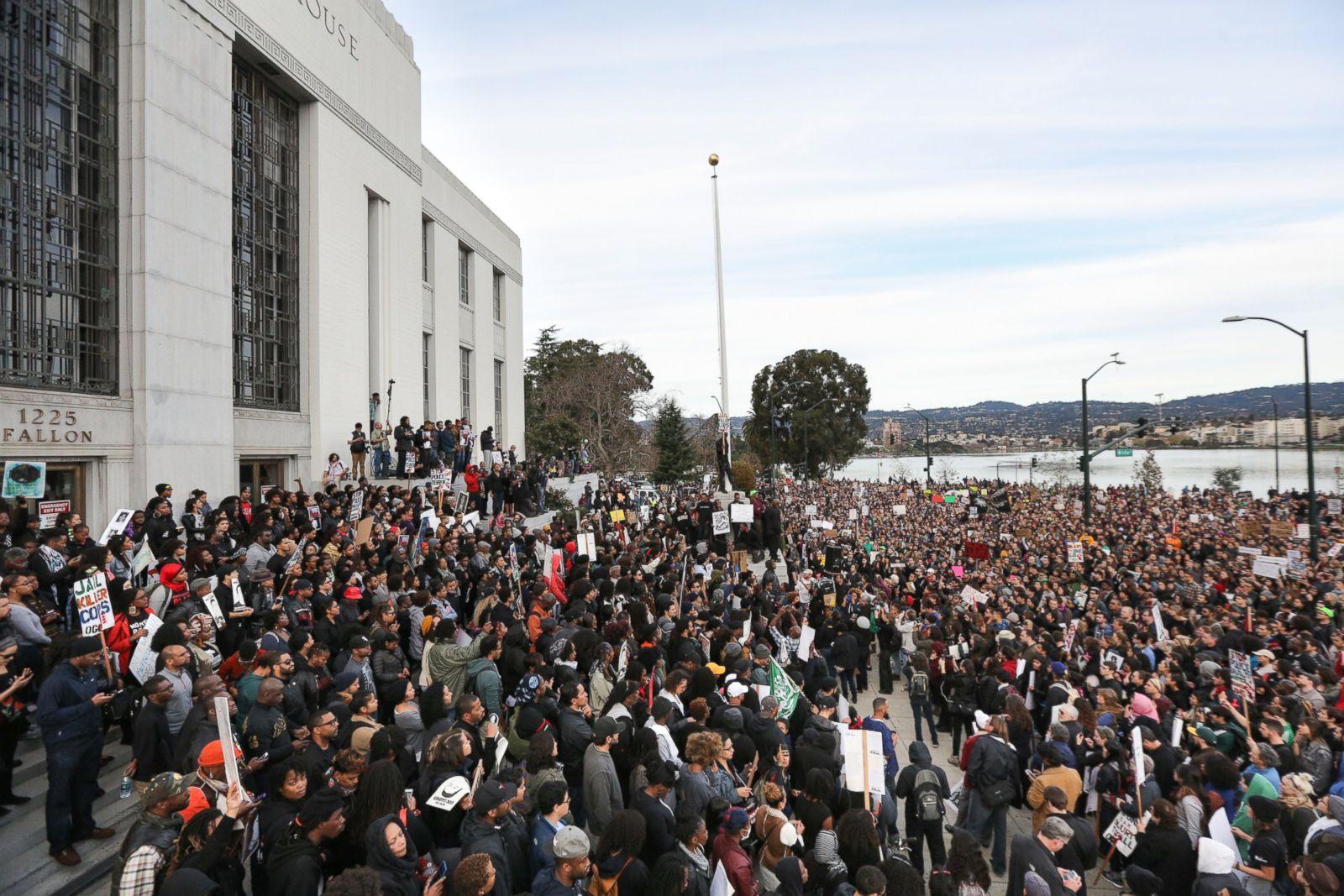 """Manifestantes se congregan en el Palacio de Justicia del Condado de Alameda durante una manifestación de la """"Marcha de los Millones"""" en protesta por el asesinato de hombres afroamericanos desarmados por parte de la policía, el 13 de diciembre de 2014, en Oakland, California. La marcha fue una de las muchas celebradas en todo el país. Fotografía: Elijah Nouvelage/Getty Images"""