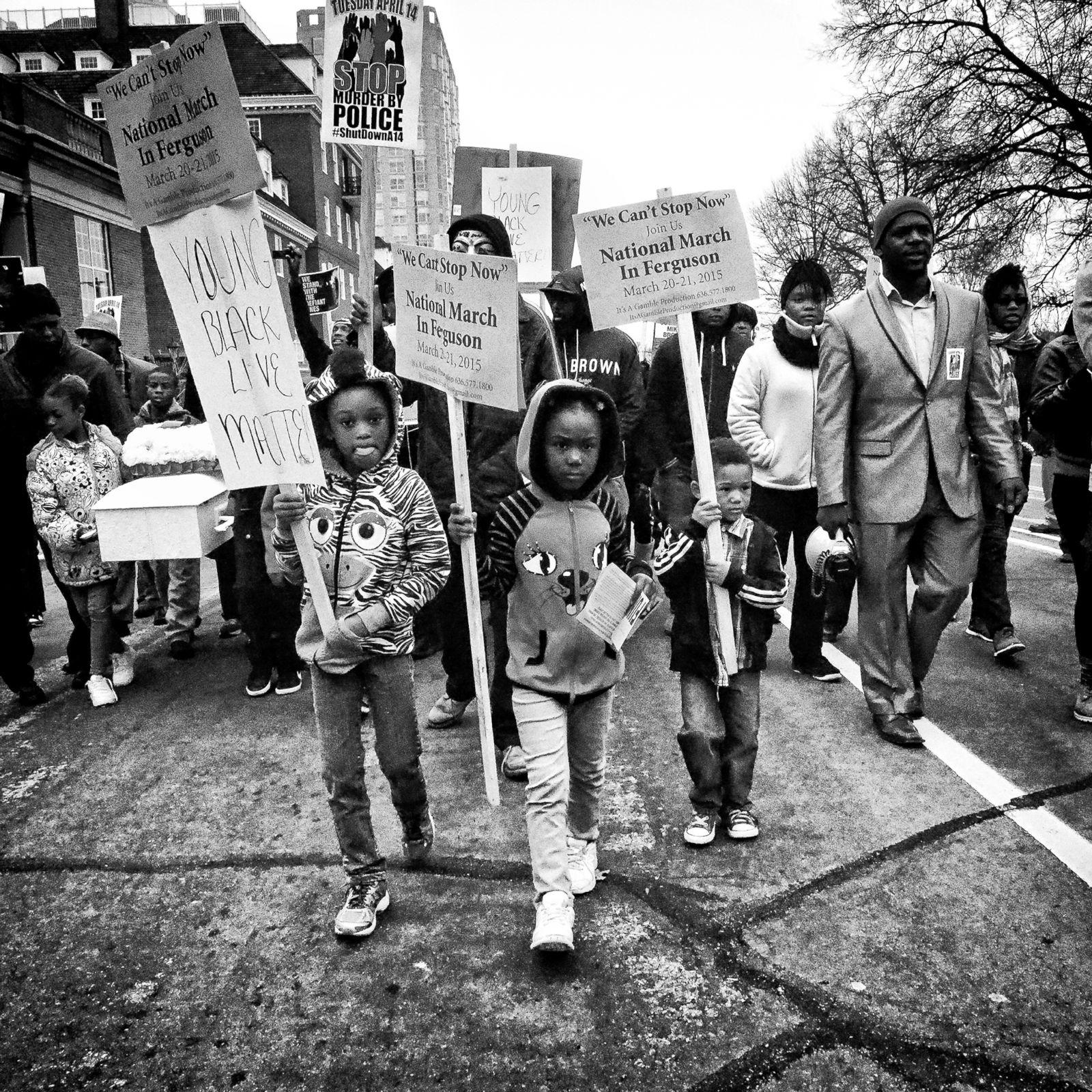 Los niños llevan pancartas durante una manifestación organizada por Michael Brown en la que se hace un llamado a la solidaridad nacional en Ferguson (Missouri), el 20 de marzo de 2015. Fotografía: Sheila Pree Bright