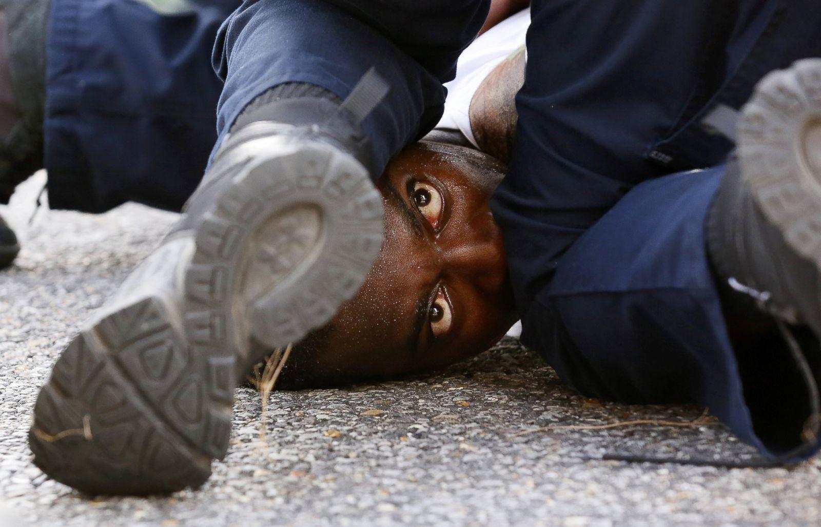Un hombre que protestaba por la muerte a tiros de Alton Sterling es detenido por las fuerzas del orden cerca de la sede del Departamento de Policía de Baton Rouge en Baton Rouge, Luisiana, el 9 de julio de 2016. Fotografía: Jonathan Bachman/Reuters