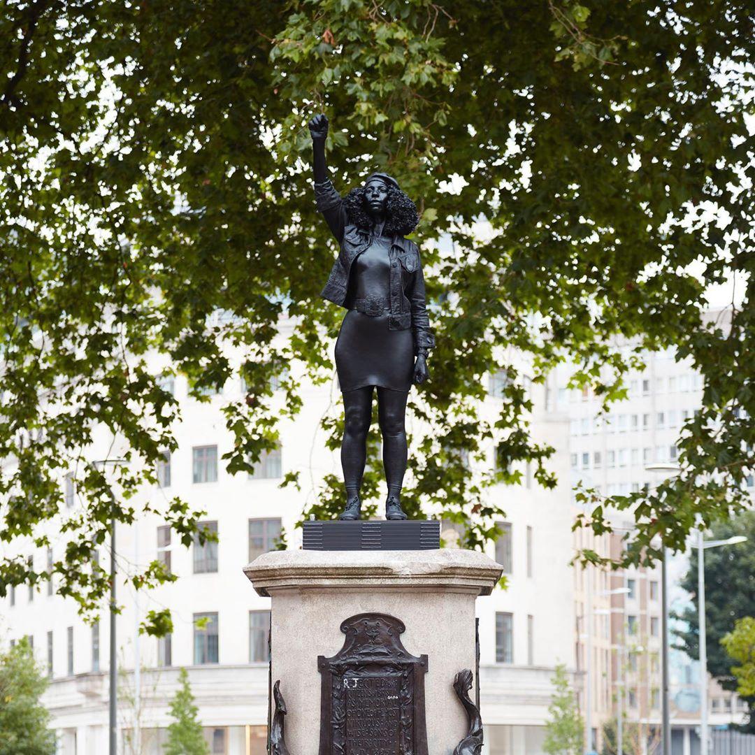 Bristol: La escultura de una manifestante de Black Lives Matter sustituye a la del esclavista Edward Colston