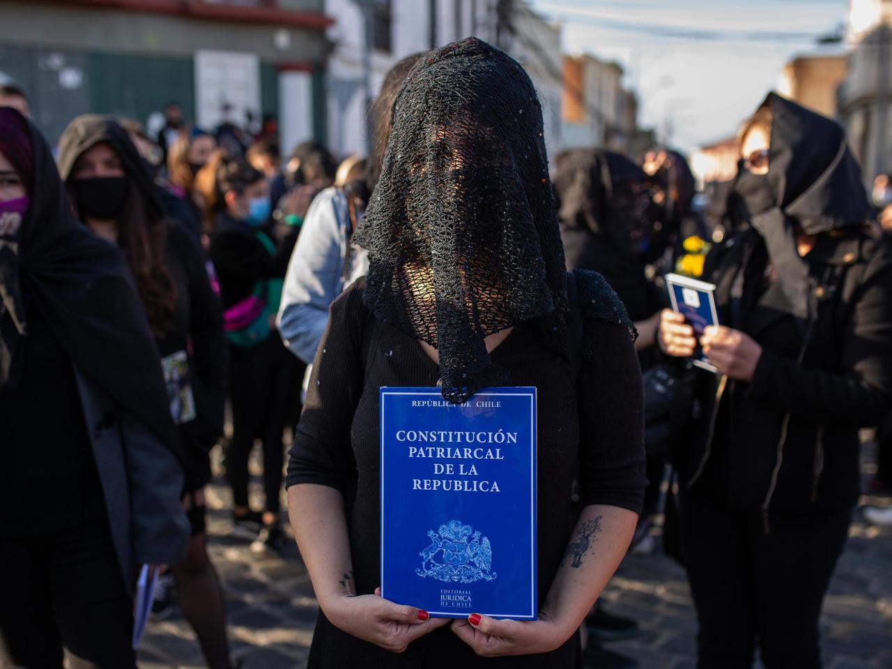 Las Tesis hacen un funeral en el mar para la Constitución de Chile