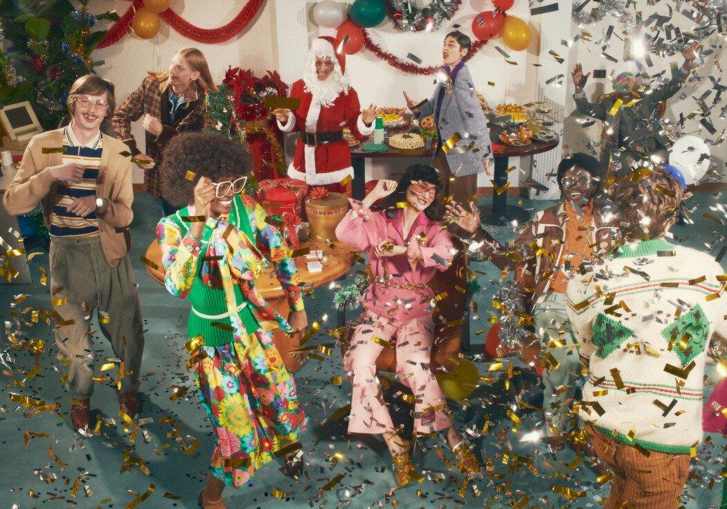 Gucci recrea una fiesta de navidad de oficina en los años 80 para su nueva campaña