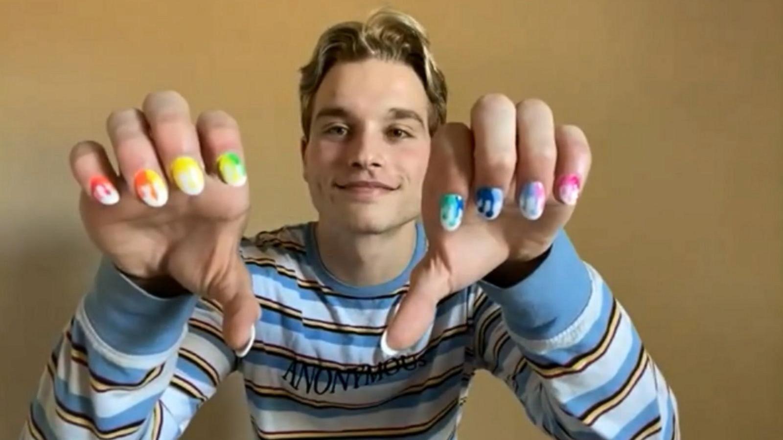 EE.UU.: Un adolescente gay es suspendido en su escuela por llevar esmalte de uñas