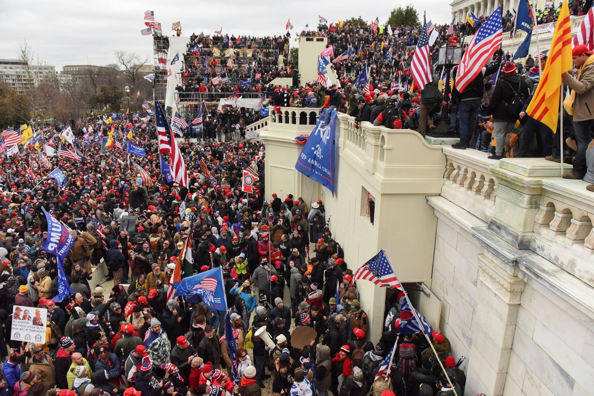 """EE.UU.: Biden exige que se """"detenga este asalto"""" mientras Trump le dice a sus seguidores """"los quiero mucho"""""""