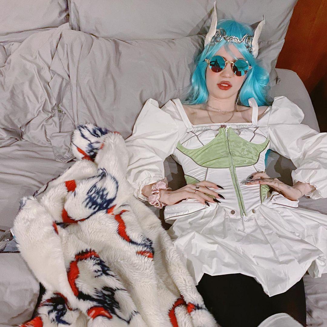 """Grimes se ganó 6 millones de dólares en 20 minutos vendiendo una colección de """"criptoarte digital"""""""