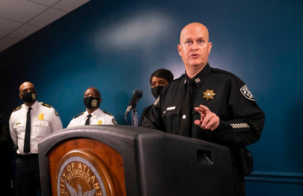 """EE.UU.: El vocero de la policía de Georgia que dijo que el tirador de Atlanta """"tuvo un mal día"""" vendía camisetas racistas en Facebook"""