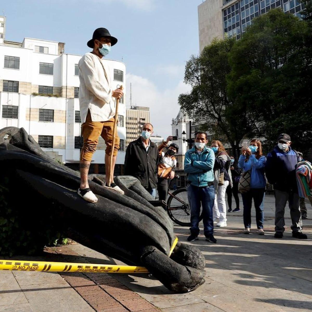 Colombia: Grupos indígenas derriban estatua de Gonzalo Jiménez de Quesada