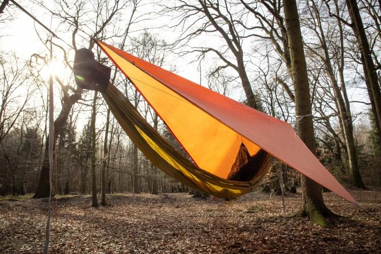 Im Wald schlafen, Hängematte und Tarp