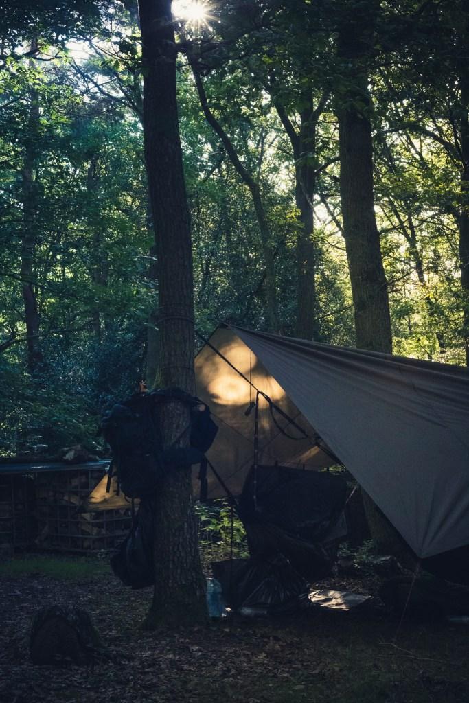 Der Morgen im Wald kann so friedlich sein. Die Sonne, die Vögel und nicht mehr. Die einzige Sorge ist, wie man am besten seinen Kaffee heiß bekommt.